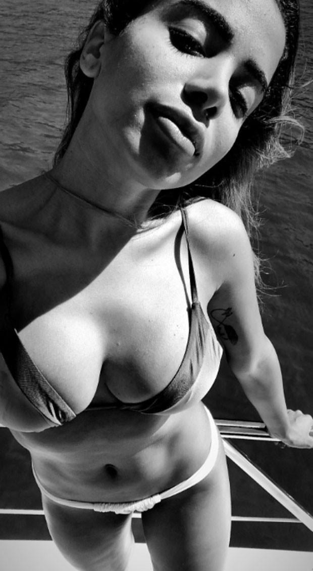 Anitta em passeio de iate (Foto: Reprodução)