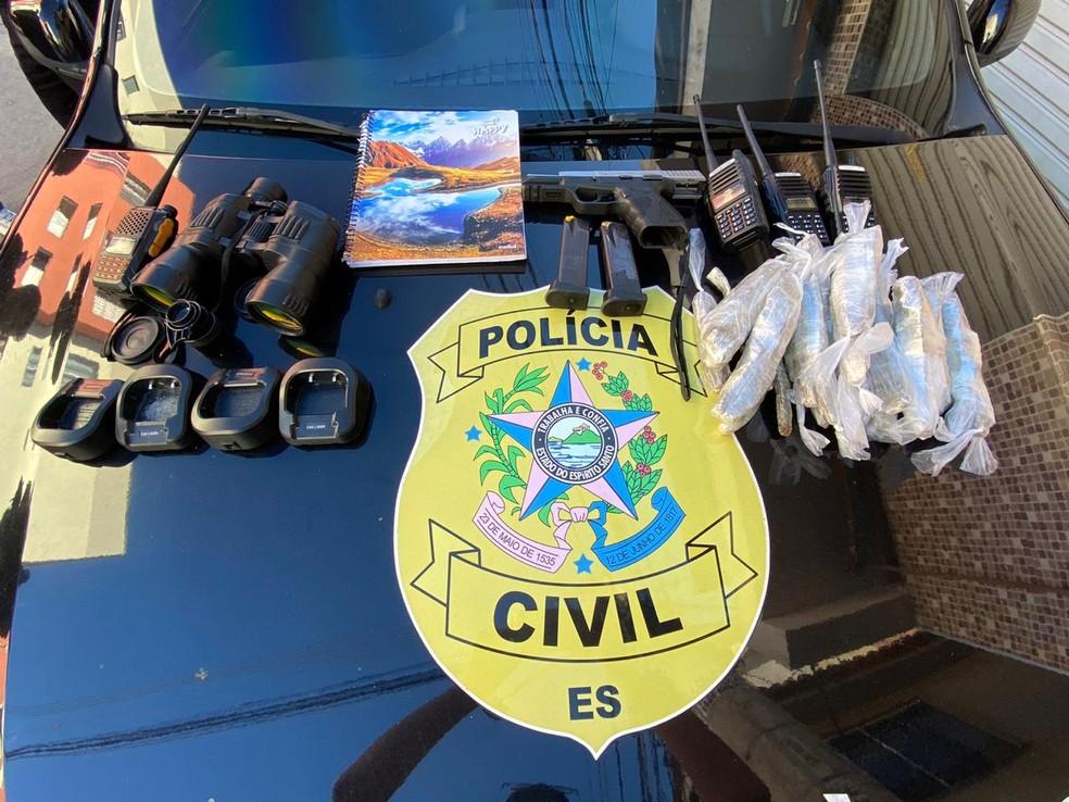 Drogas, armas e rádios comunicadores foram apreendidos nos bairros de Vitória. — Foto: Reprodução/TV Gazeta