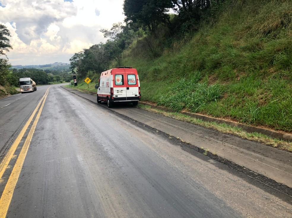 Motorista do caminhão sofreu ferimentos leves e foi encaminhado ao hospital, no sábado (27) — Foto: Divulgação/PRE