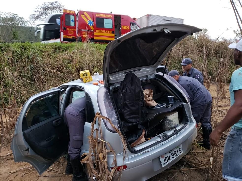Três pessoas ficaram feridas após carro colidir contra caminhão e descer ribanceira (Foto: Corpo de Bombeiros/Divulgação)