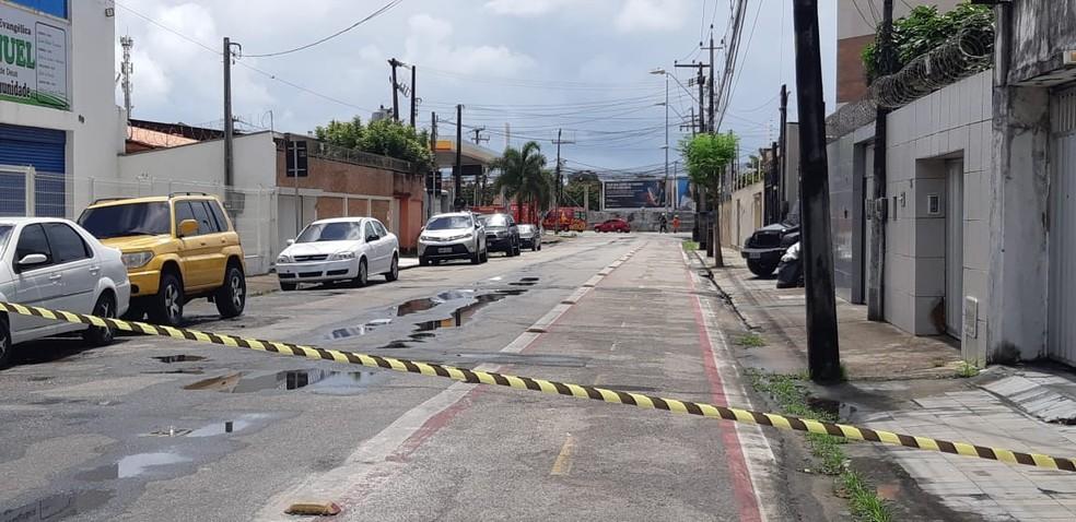 Ruas no entorno da empresa onde a explosão aconteceu foram bloqueadas. — Foto: Leabém Monteiro/ SVM