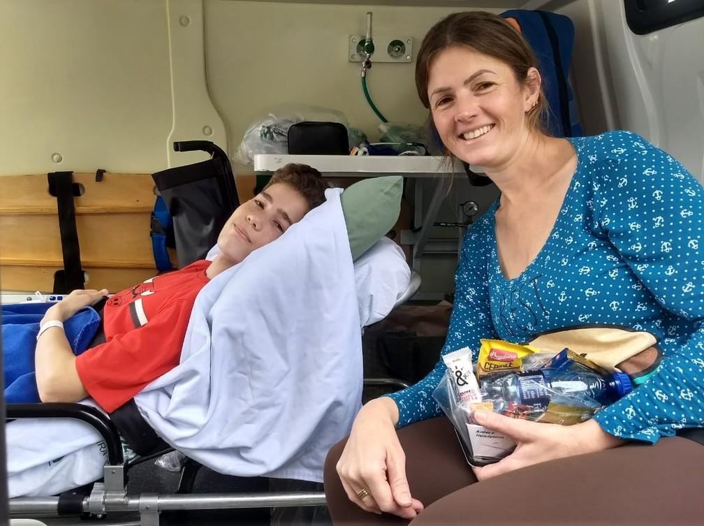 Bruno e a mãe, Gigliori Facundo, seguiram para Medianeira em uma ambulância da prefeitura  — Foto: Raphaela Potter/RPC