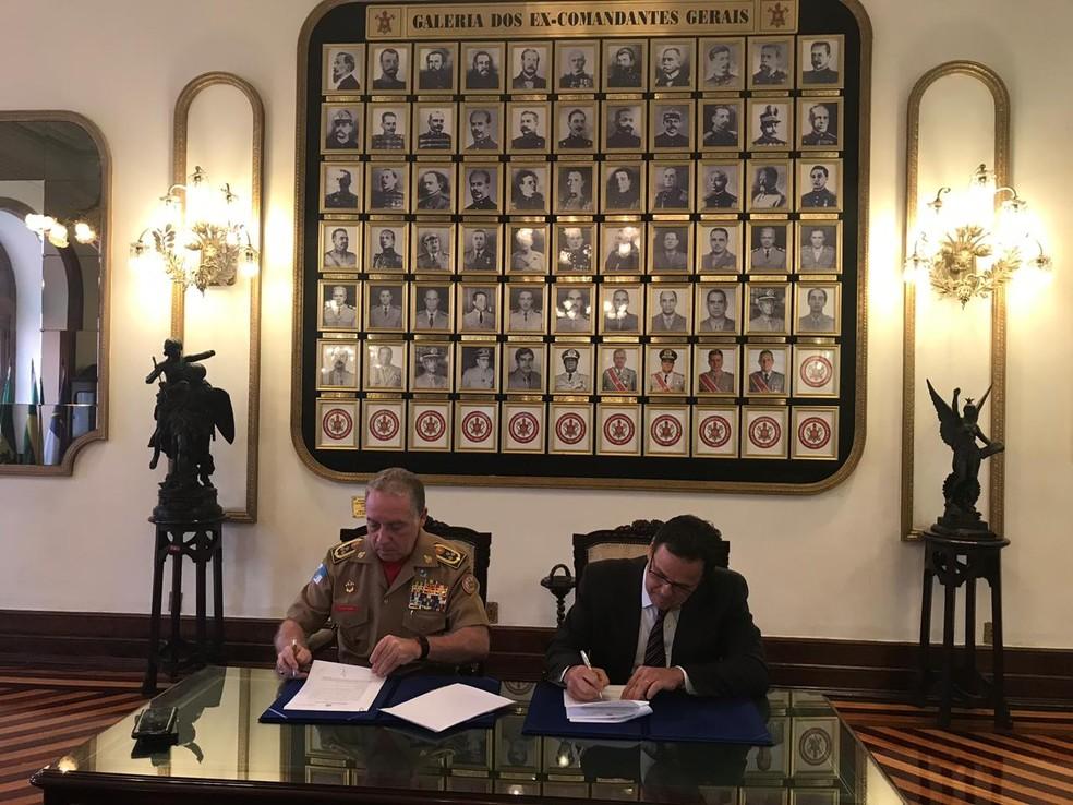 Vice-presidente do Flamengo, Dunshee assinou o TAC na sede dos Bombeiros — Foto: Divulgação