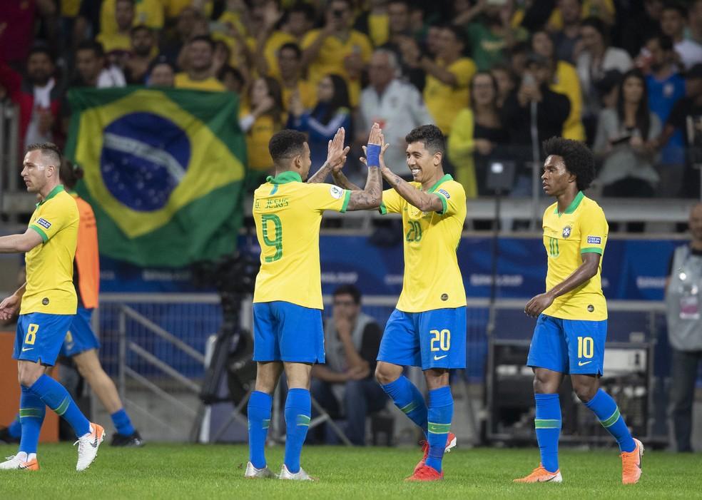 Gabriel Jesus e Firmino se cumprimentam em partida com a seleção brasileira  — Foto: Lucas Figueiredo/CBF