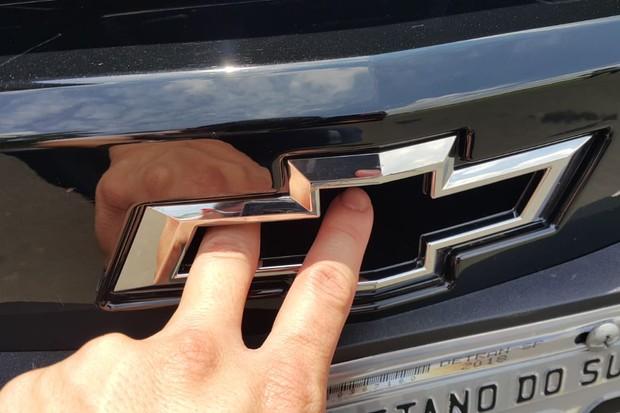 O símbolo da Chevrolet passou a ser vazado para permitir a entrada de ar para o motorzão 6.2 (Foto: Ulisses Cavalcante/Autoesporte)