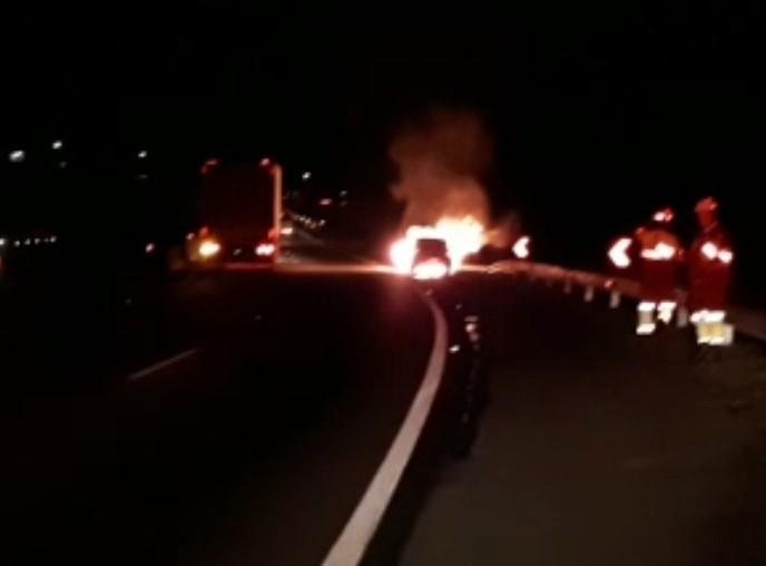 Carro pega fogo e interdita Via Dutra, em Itatiaia - Notícias - Plantão Diário