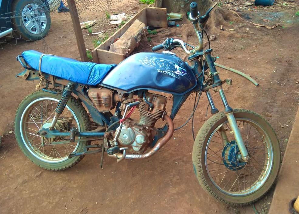 Irmãos usaram uma motocicleta para cometer crime em Itaí (SP) — Foto: Polícia Civil/ Divulgação