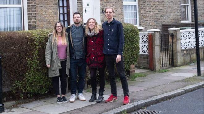 Courtney e Alex McClure, Amy Mitchell e Carl Colston estão no processo de comprar uma casa de seis quartos juntos (Foto: ALEX MCCLURE via BBC)