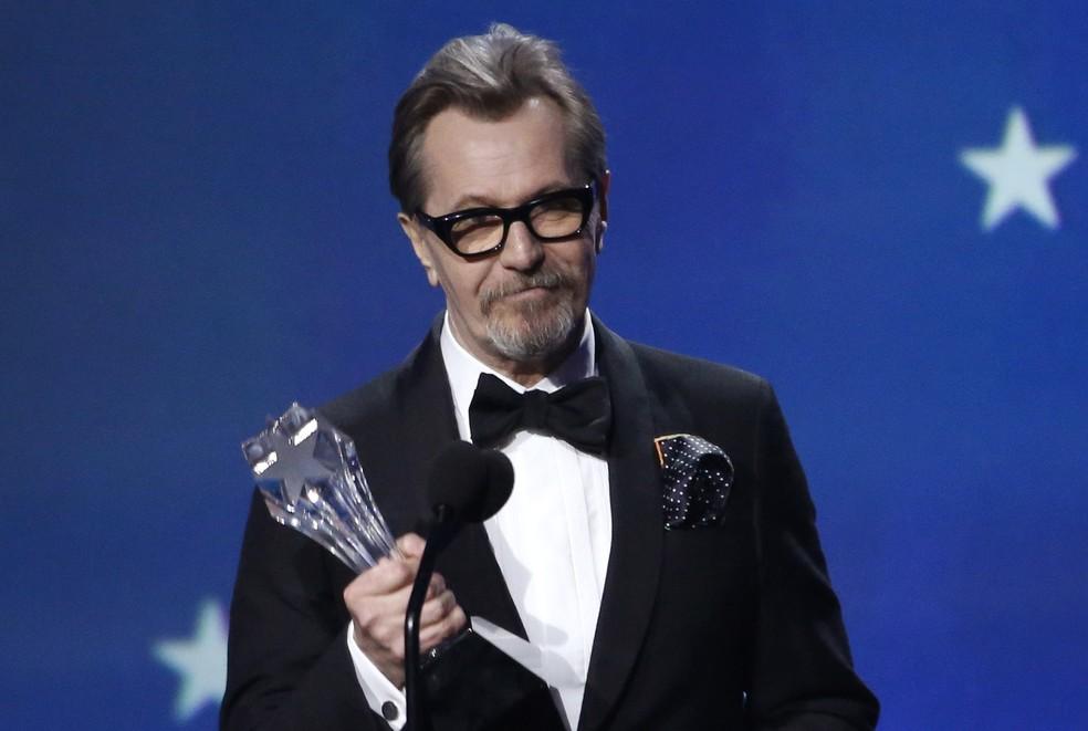 Gary Oldman recebe o prêmio de melhor ator por