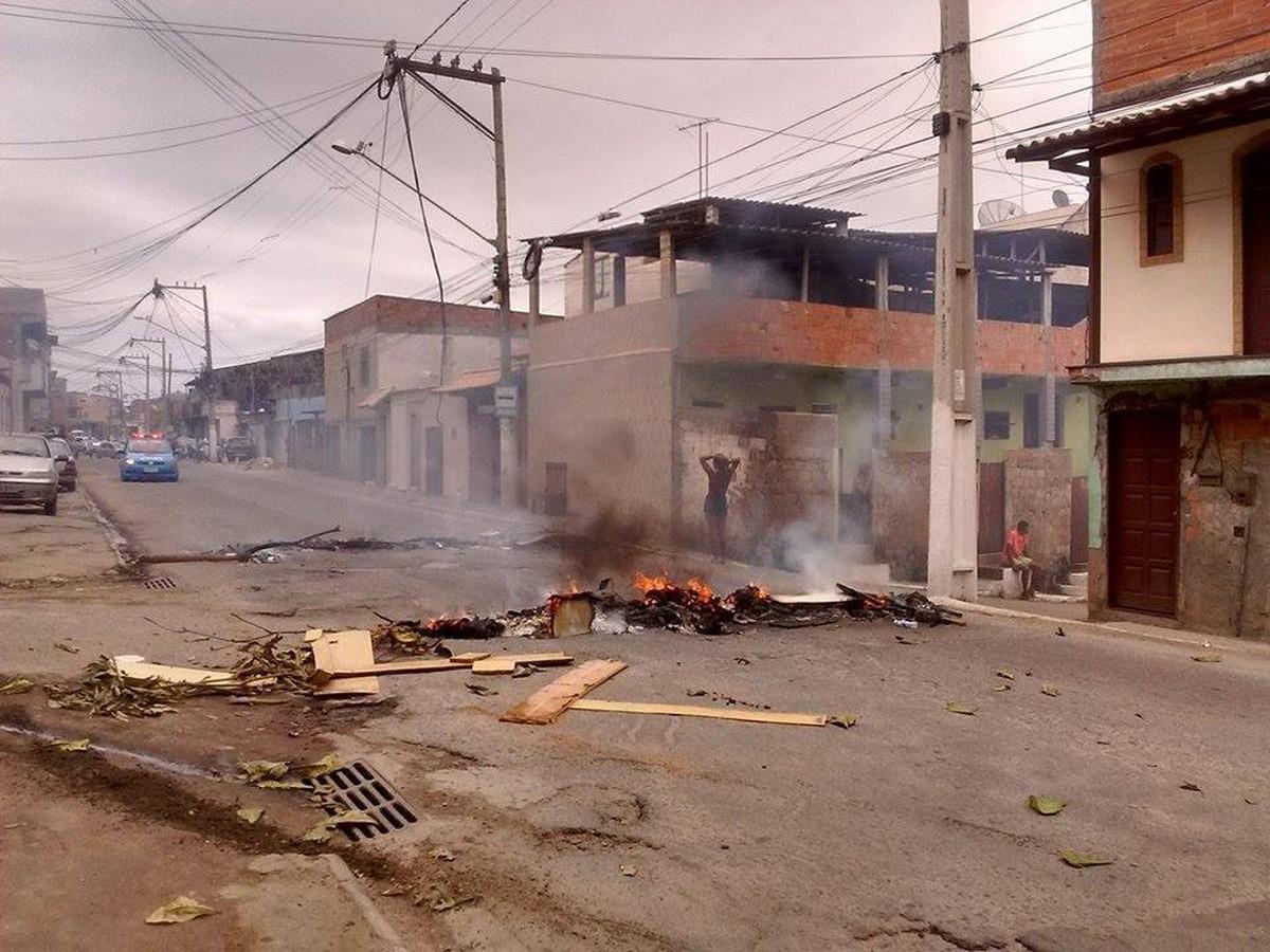 Moradores do Jacaré, em Cabo Frio, RJ, interditam rua e cobram melhorias na rede de esgoto