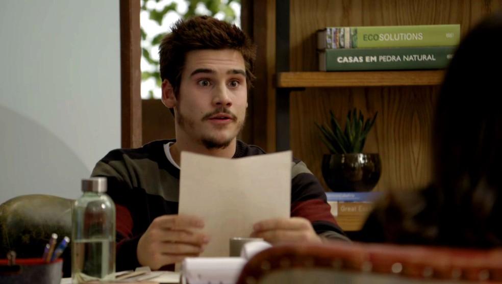 Samuca recebe a carta de desligamento de Betina (Foto: Globo)