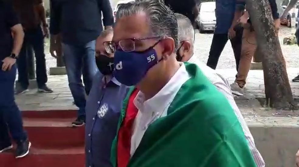 Jairo Jorge (PSD) foi votar na manhã deste domingo em Canoas — Foto: Augusto Cerqueira/RBS TV