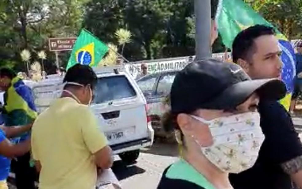 19/04: Manifestação com carreata em Campinas contra isolamento social causa aglomeração e multa a motoristas. — Foto: Reprodução/EPTV