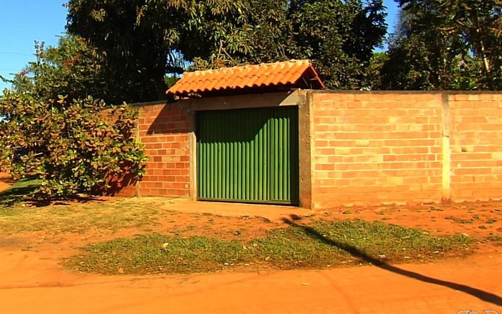 Idosa foi achada morta no banheiro de casa com mutilações e o corpo parcialmente queimado — Foto: Reprodução/TV Anhanguera