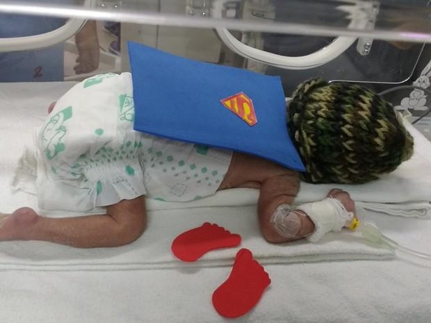 Bebês prematuros da Santa Casa de Sobral recebem roupas de super-heróis em comemoração ao Dia Mundial da Prematuridade (Foto: Divulgação/Santa Casa de Sobral)