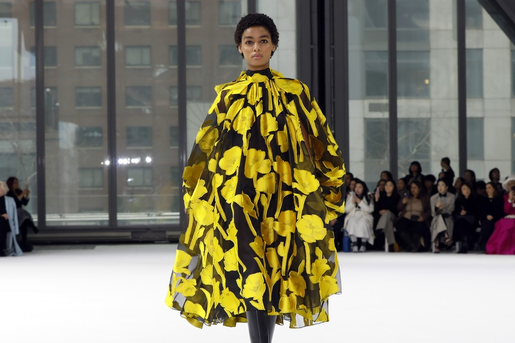 Modelo desfila pela Carolina Herrera na Semana de Moda de Nova York — Foto: Richard Drew/AP Photo