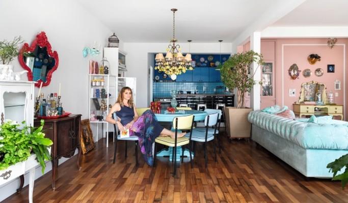 Apartamento de artista plástica tem atmosfera lúdica e peças autorais