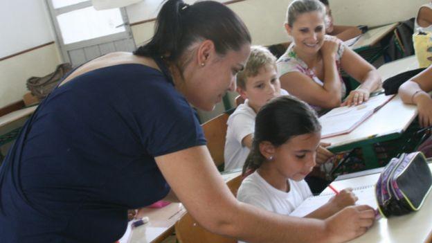 As mulheres não eram chamadas de professoras, mas de 'mestras' e não deviam ensinar matemática, segundo decreto que inspirou o Dia do Professor (Foto: SECRETARIA DE ESTADO DA EDUCAÇÃO DE SANTA CATARINA/BBC)