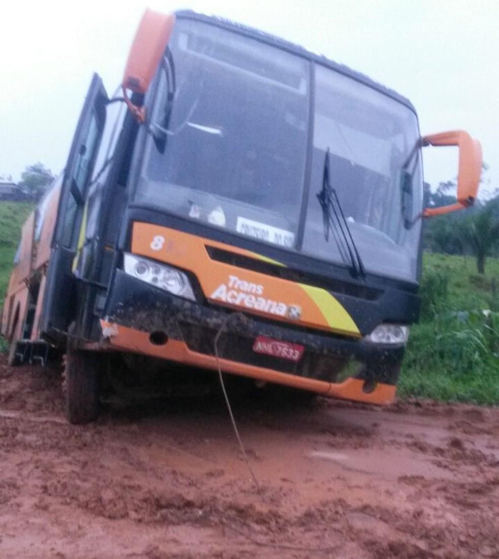 Comerciante diz que ônibus atolam constantemente na rodovia (Foto: André Luiz Gonçalves/Arquivo Pessoal)