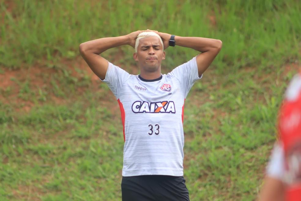 ... Aderllan em treino do Vitória — Foto  Maurícia da Matta   EC Vitória    Divulgação fd3055d845a60
