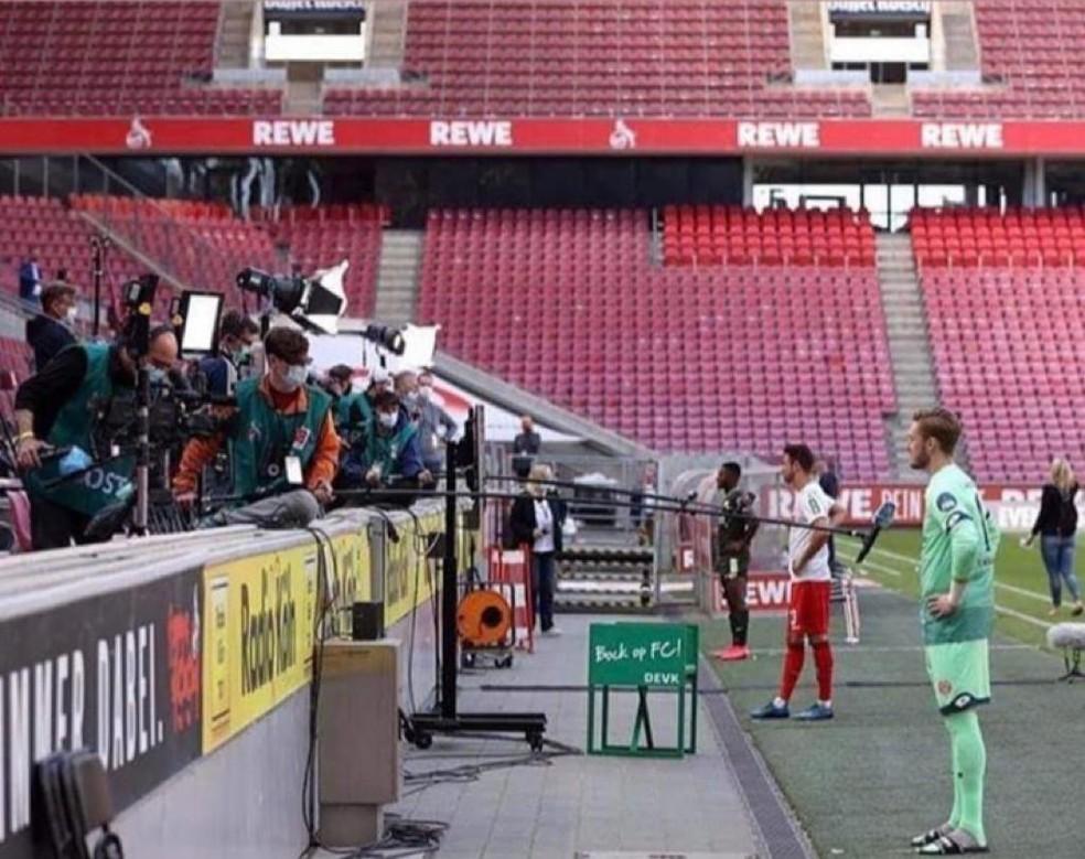 Jogadores dão entrevista no campeonato alemão. Sistema será usado em jogos no futebol brasileiro — Foto: Reprodução