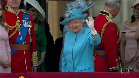 Rainha Elizabeth participa de parada militar em homenagem pelo seu aniversário