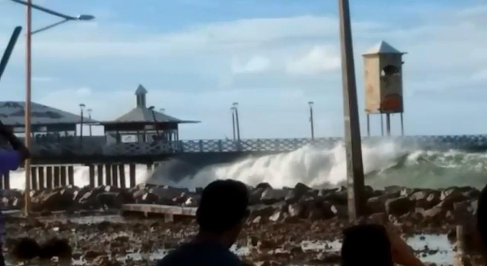 Ondas atingem a Ponte Metálica durante ressaca do mar (Foto: Reprodução)