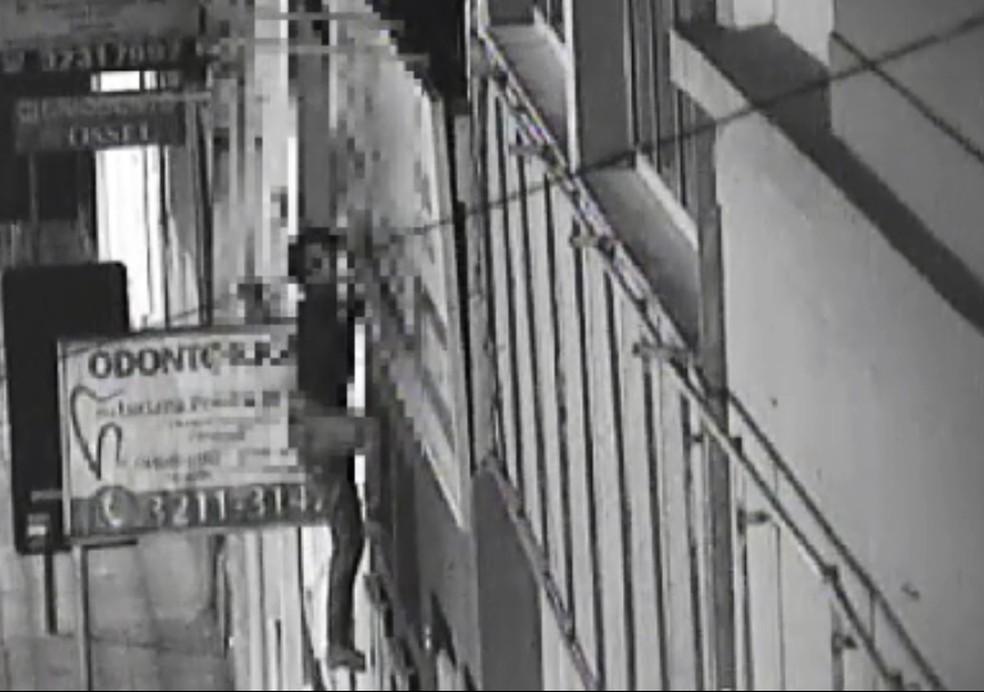 Bandido escalou fachada de prédio para roubar escola de enfermagem  (Foto: Guarda Civil Municipal/Divulgação)