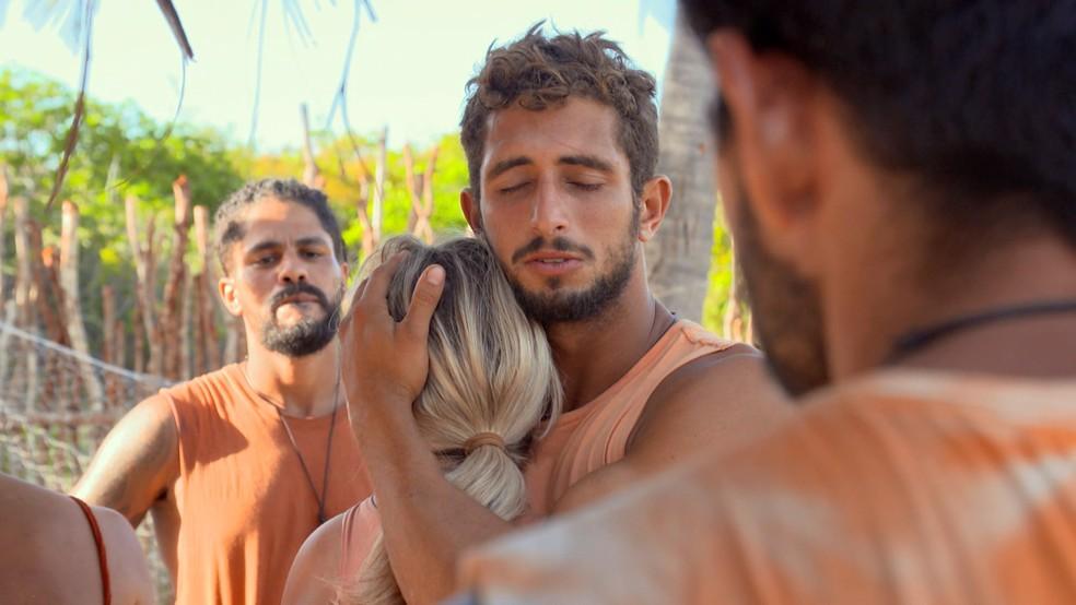 Íris e Chumbo se abraçam na tribo Carcará — Foto: Globo