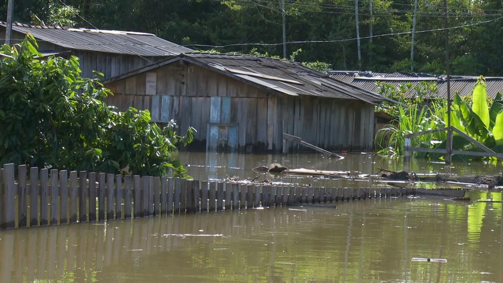 Aulas chegaram a ser suspensas na região por conta da cheia. — Foto: Reprodução/Rede Amazônica
