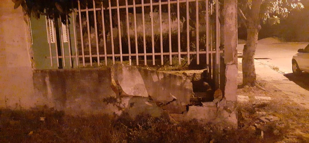 Muro onde médico bateu o carro ficou destruído  — Foto: Divulgação