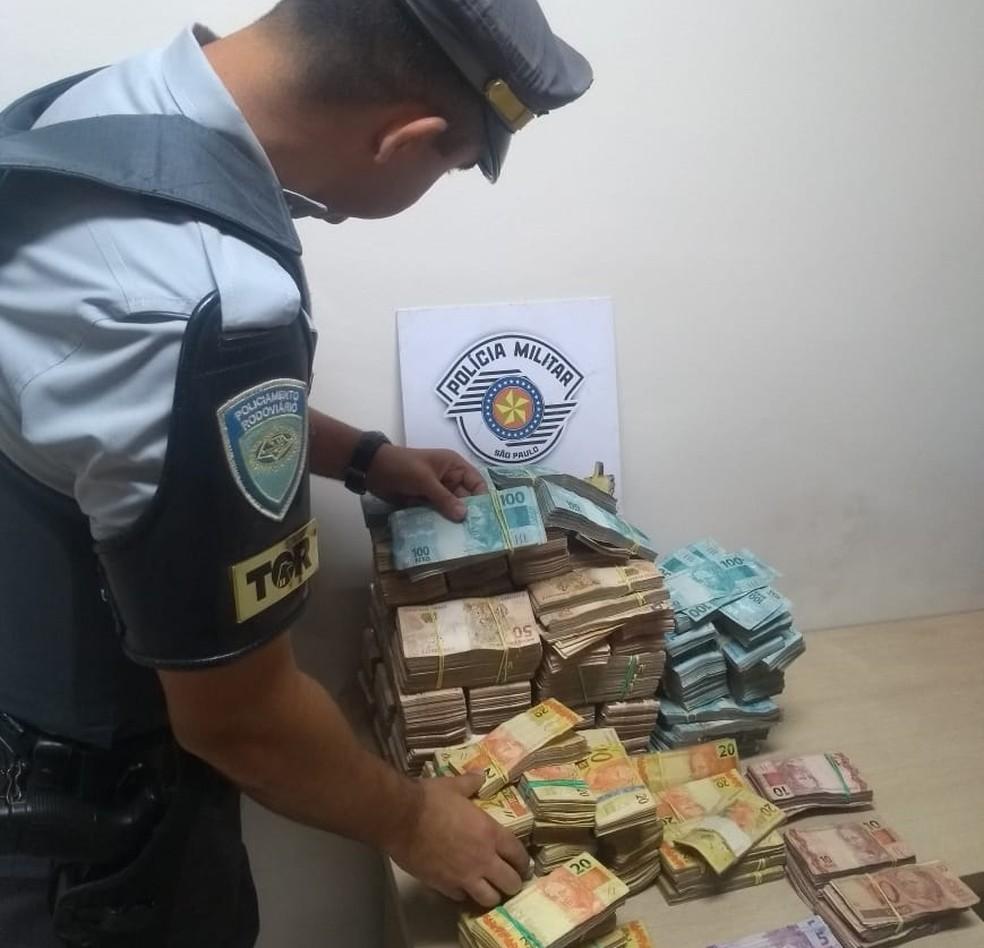 Dinheiro apreendido com caminhoneiro em Porangaba é da venda de cigarros contrabandeados — Foto: Polícia Rodoviária/Divulgação