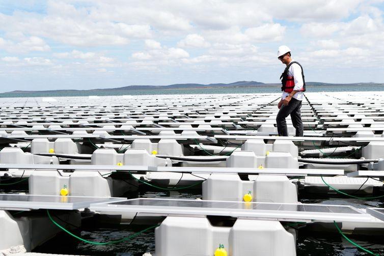A plataforma é fixada ao fundo do reservatório por cabos, com material próprio para suportar o peso das placas e dos trabalhadores - Saulo Cruz/MME (Foto: Saulo Cruz/MME via Agência Brasil)