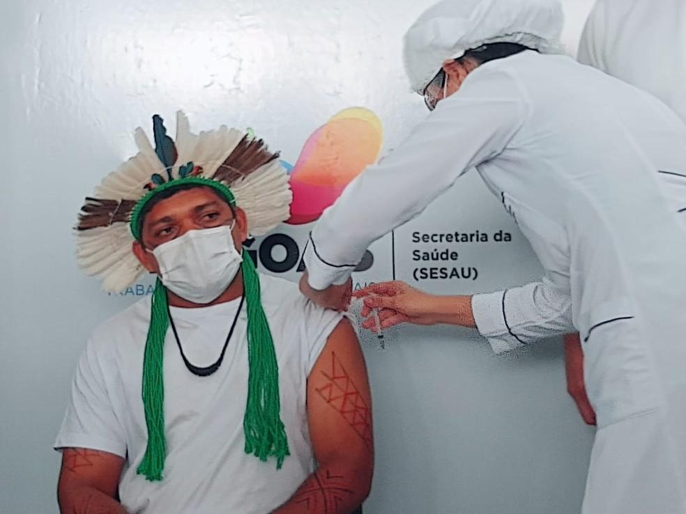 o Xucuru-kariri Waciran Ferreira Costa, 36 anos, foi o primeiro indígena em Alagoas a receber a vacina contra Covid-19 — Foto: João Vitor Ferreira/G1