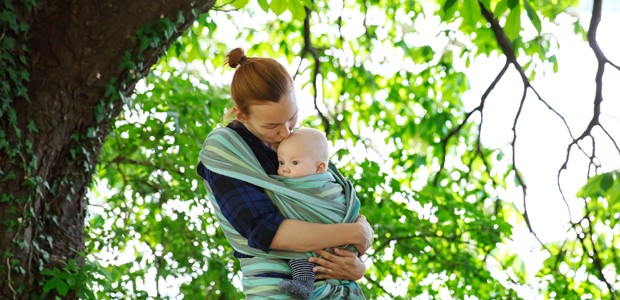 Mã e bebê no sling (Foto: Thinkstock)
