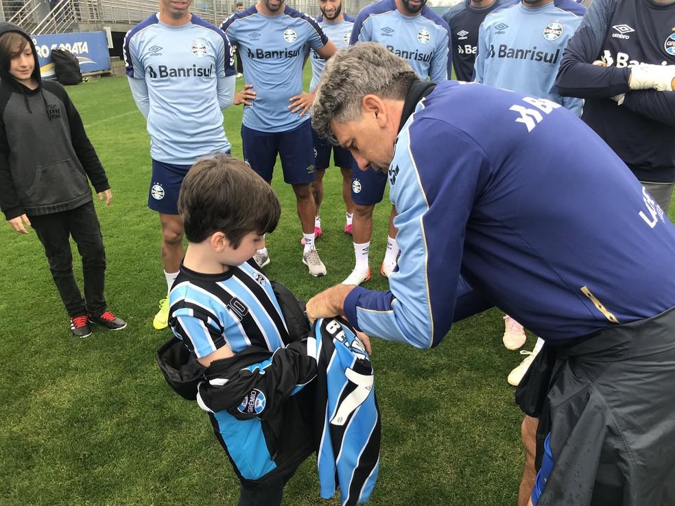 Bernardo recebe presente do técnico Renato Gaúcho — Foto: Grêmio FBPA / Twitter / Reprodução
