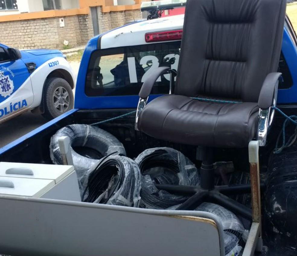 Cadeira e móveis do gabinete da prefeitura teriam sido roubados pelo próprio ex-gestor na Bahia (Foto: Divulgação/Polícia Civil)