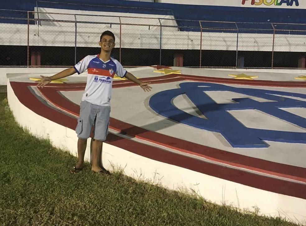 Torcedor do Itabaiana, Victor Hugo no Estádio Etelvino Mendonça — Foto: David Fontes