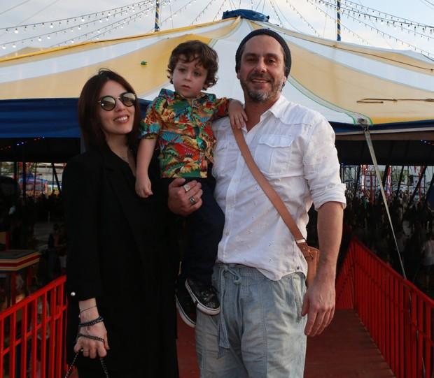 Alexandre Nero e Karen Brusstolin com Noá (Foto: Dilson Silva/AgNews)