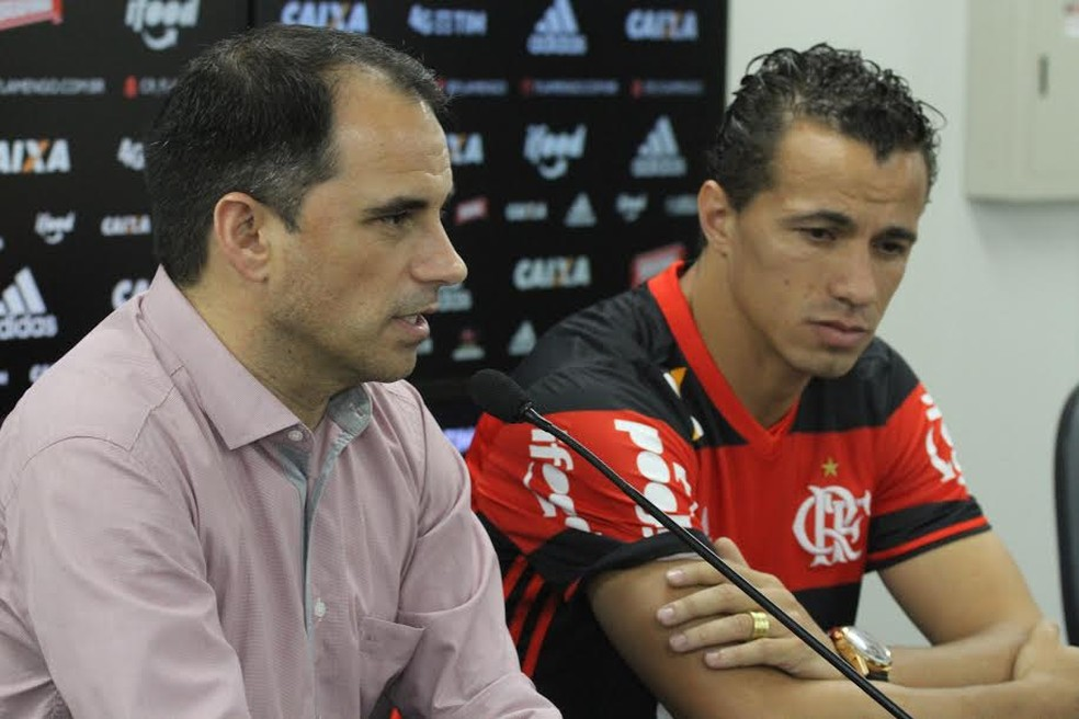 Rodrigo Caetano e Leandro Damião durante apresentação do atacante (Foto: Gilvan de Souza/Flamengo)