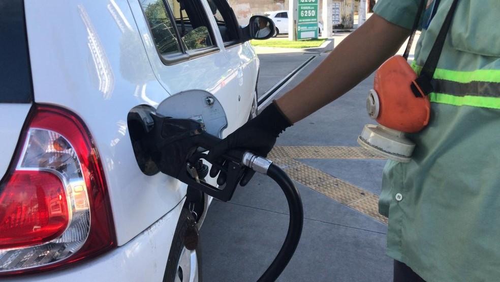Gasolina posto de combustível bomba abastecer abastecimento carro frentista Natal RN Rio Grande do Norte — Foto: Geraldo Jerônimo/Inter TV Cabugi