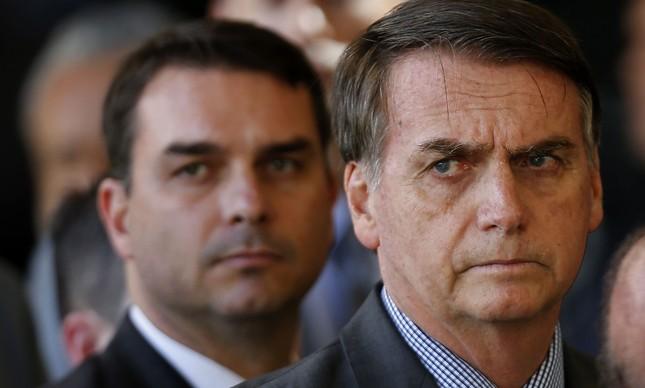 Bolsonaro e o filho Flávio em entrevista no CCBB