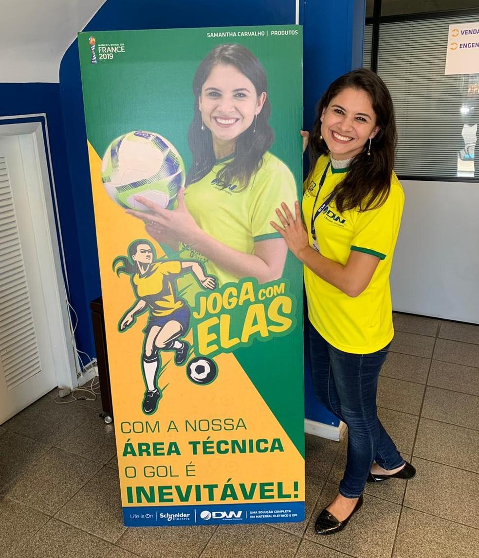 Funcionárias estampam banners de incentivo ao protagonismo das mulheres no esporte e no ambiente de trabalho — Foto: DW/Divulgação