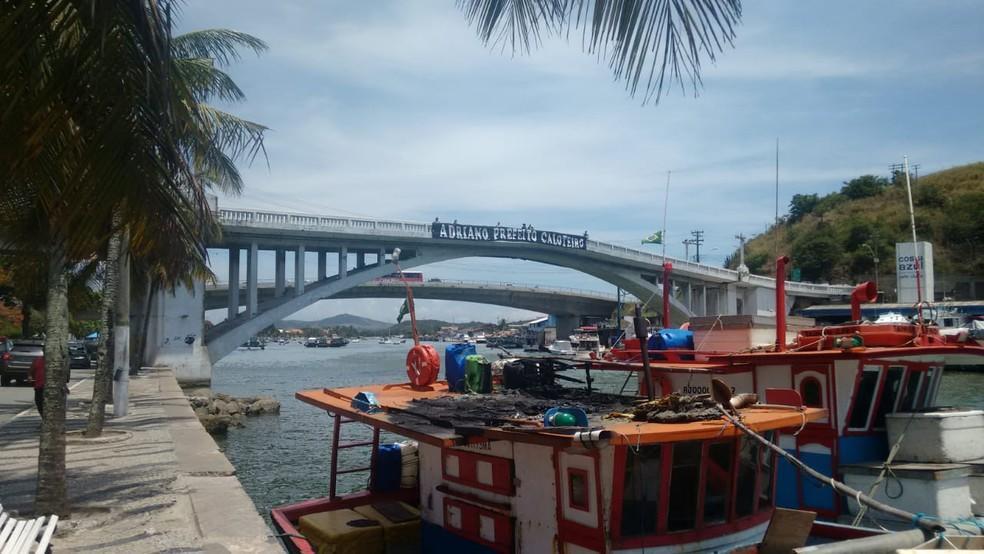 """Servidores da educação chamam o prefeitura de """"Caloteiro"""" em faixa fixada na Ponte Feliciano Sodré, em Cabo Frio — Foto: Sepe/Divulgação"""