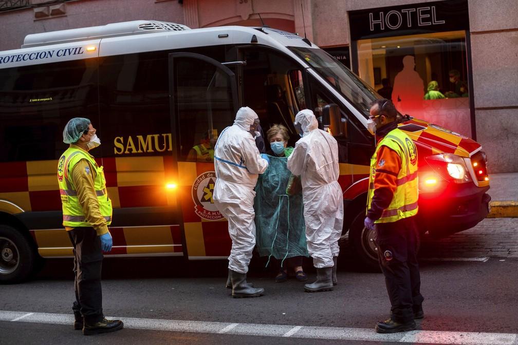 Espanha superou o número de mortes da China por causa do coronavírus e se tornou segundo país no mundo com mais mortes — Foto: Bernat Armangue/AP