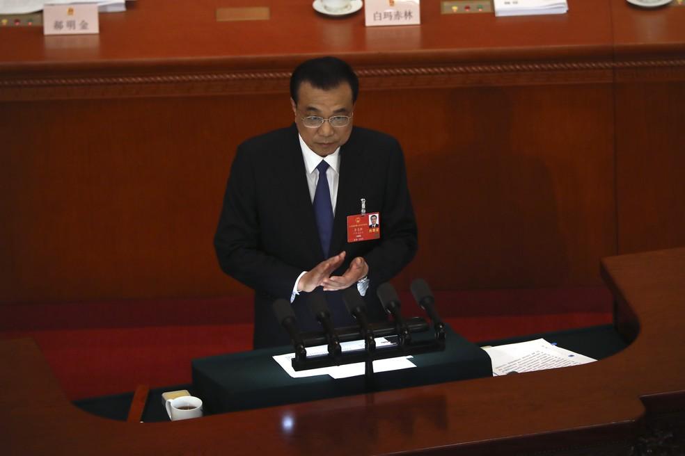 O primeiro-ministro chinês, Li Keqiang, discursa durante a abertura da sessão plenária do Congresso Nacional do Povo nesta na sexta-feira (22)  — Foto: Ng Han Guan/AP