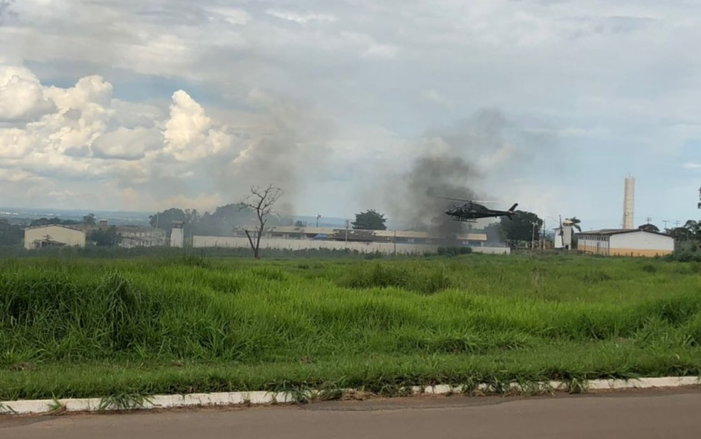 Colchões foram queimados, formando uma grande nuvem negra de fumaça (Foto: Mariana Boldrin/TV Anhanguera)