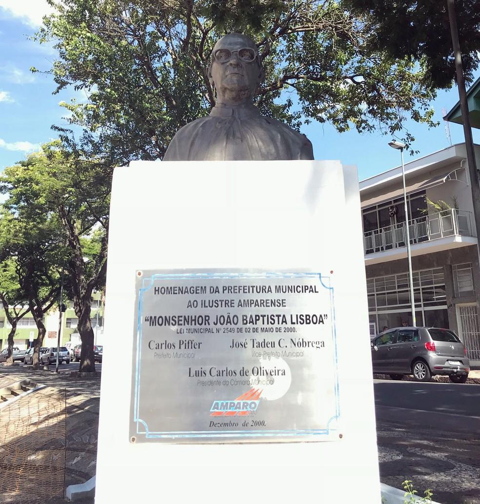 Busto em homenagem ao padre que dá nome à praça em Amparo (Foto: Murilo Borges)