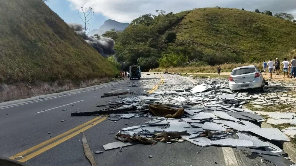 Acidente entre 4 veículos deixa BR-101 interditada em Mimoso do Sul (Foto: Renata Resstel/ Foto leitor - A Gazeta)
