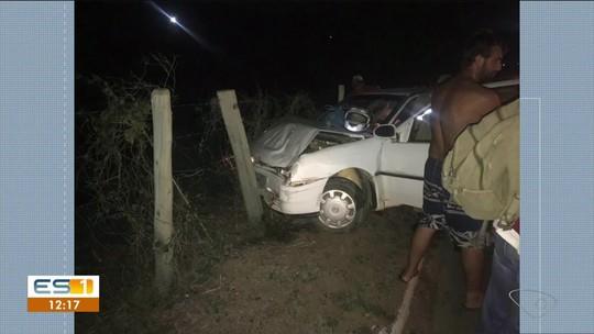Motociclista bate em carros que pararam na BR-259 para retirar árvore que caiu na estrada
